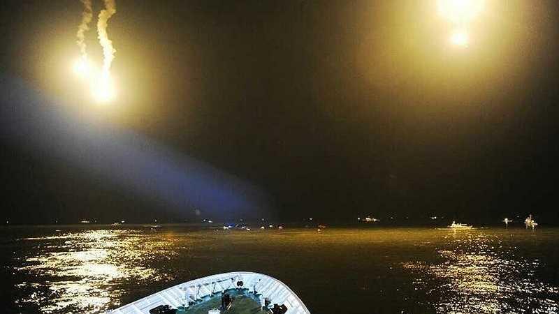 Cứu hộ Hàn Quốc dùng đèn cao áp và pháo sáng tìm kiếm người bị nạn