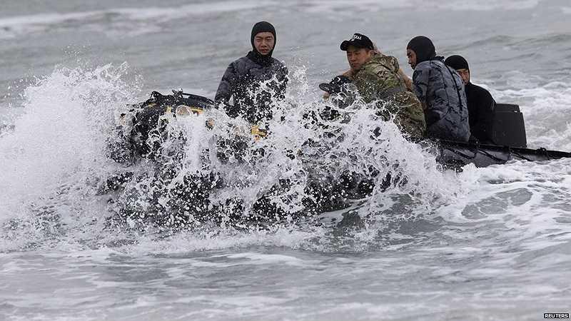 Hàng chục thợ lặn và tàu thuyền đang được điều động cứu hộ, nhưng quan chức Hàn Quốc nói thời tiết xấu là thử thách rất lớn