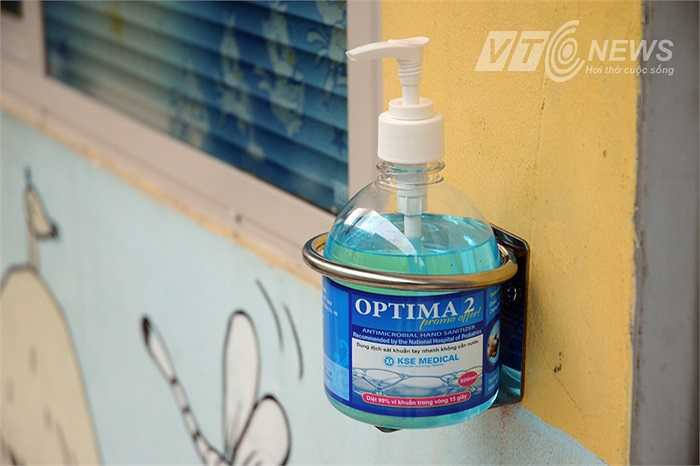 Dọc trên những lối đi khắp bệnh viện luôn có những bình nước rửa tay như thế này.