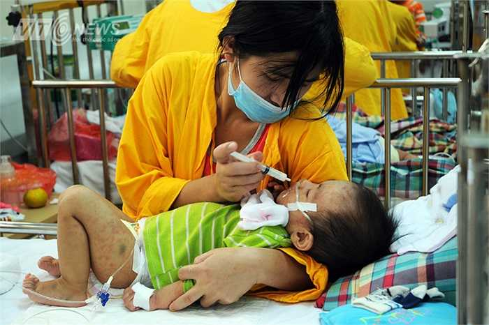 Rất nhiều trẻ lên cơn sốt, co giật liên tục và phải uống sữa bằng xilanh