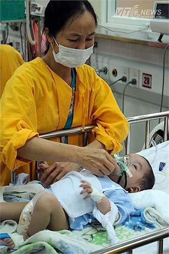 Nhiều trẻ khác do sởi biến chứng vào phổi, phải thở bình oxi.