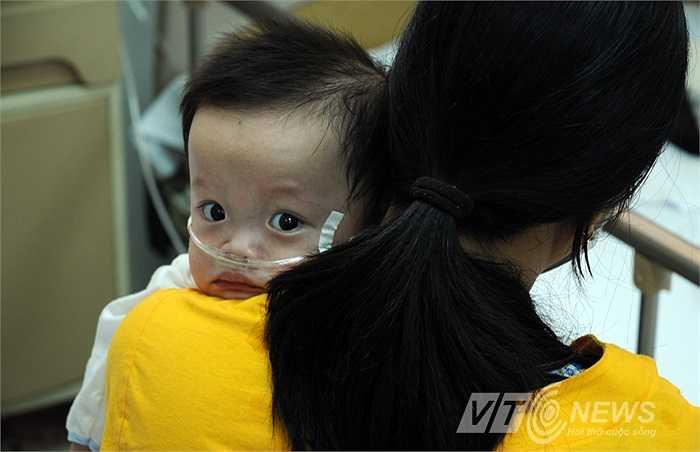 Ánh mắt trẻ thơ mệt mỏi vì những cơn sốt kéo dài nhiều ngày..
