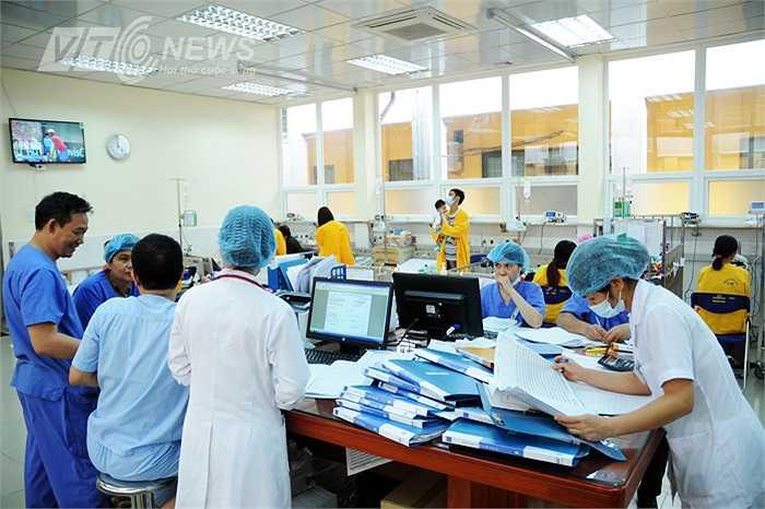 Và cũng là cách giảm tải cho bệnh viện Nhi Trung ương thời điểm này. Theo PGS, TS Lê Thanh Hải - Giám đốc bệnh viện, bệnh viện đã huy động toàn lực cho 'cuộc chiến' chống dịch sởi.