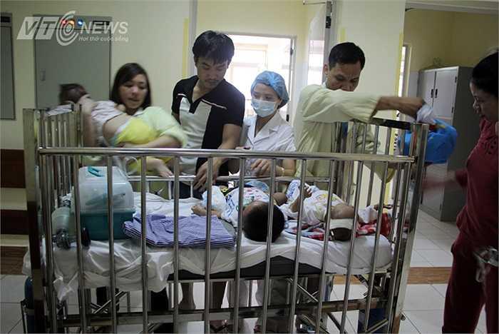 Đây là hình ảnh 4 trẻ mắc bệnh sởi được đưa tới phòng điều trị trên cùng một xe đẩy. Số lượng bệnh nhân mắc sởi nhập viện tại Bệnh viện Nhi Trung ương vẫn không ngừng tăng.