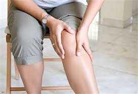 Viêm khớp gối: Khi đi giày cao gót, đầu gối ở tư thế cong, còn xương ống chân lại ở tư thế ngược lại. Tư thế này sẽ tạo áp lực lên phần bên trong đầu gối làm tăng nguy cơ viêm khớp đầu gối và căng gối.