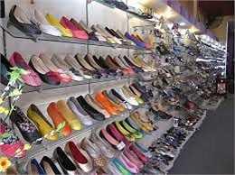 Bạn nên thử đôi giày mới mua vào cuối ngày, khi bàn chân đạt kích cỡ tối đa và tránh mua giày dép vào buổi sáng.
