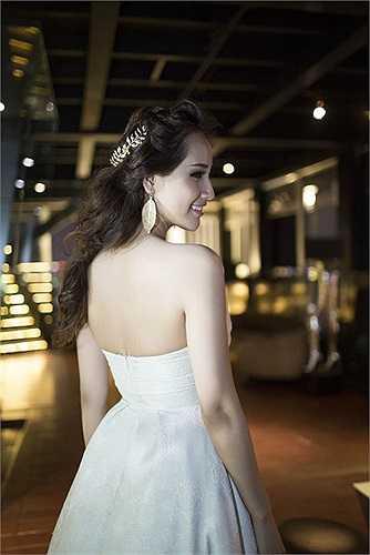 Cô diện chiếc váy trắng vai trần, khoe làn da nuột nà.