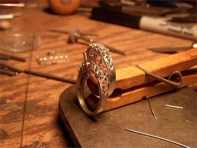 Thợ kim hoàn: Kiếm được trung bình 35.000 USD/năm. Họ được đào tạo nghề trong những nơi làm việc dài hạn hoặc các trường dạy nghề. Họ có thể mở cho mình một cửa hàng riêng hoặc đơn giản là kinh doanh mua bán trang sức để thu lợi nhuận