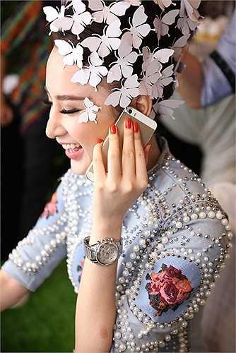 Cô đảm nhiệm trình diễn một thiết kế váy cưới gợi cảm.