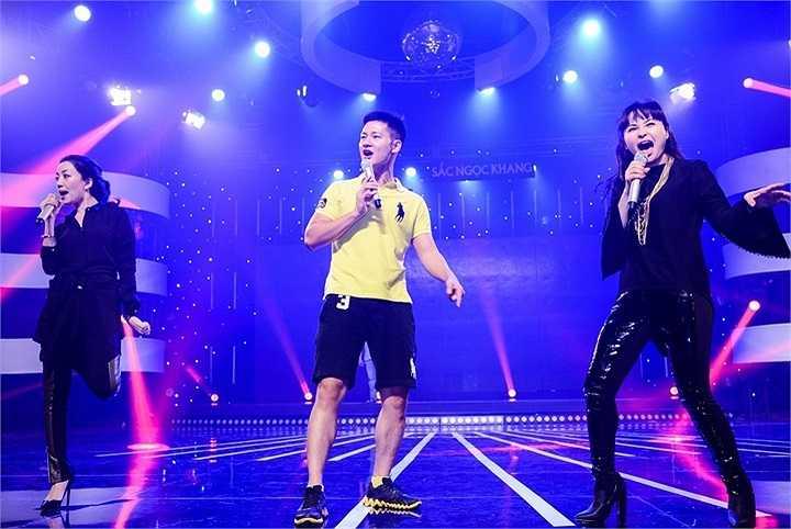 Dù 4 con và đã bước sang tuổi 40 mươi những niềm đam mê âm nhạc của Trang Nhung khiến chị vẫn rất 'điên' trên sân khấu.