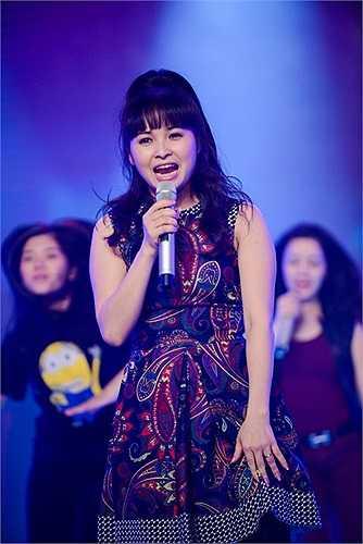 Song ca với Đức Tuấn trên sân khấu, Trang Nhung không thua về độ trẻ trung và máu lửa.