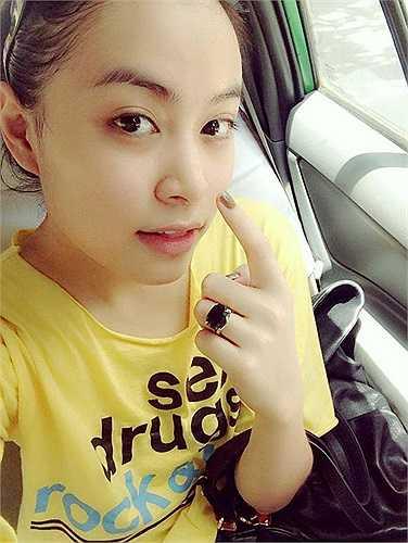 Hoàng Thuỳ Linh cũng được nhận xét là trẻ và đẹp hơn trong đời thường.