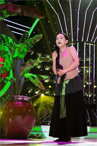 Giám khảo Hoài Linh dí dỏm: 'Tôi thích nhất cái khúc kết thúc của bài hát, sự cô đơn của người con gái khiến cô ta tức tối nên chỉ biết chỉ tay lên để trách chị Hằng'.