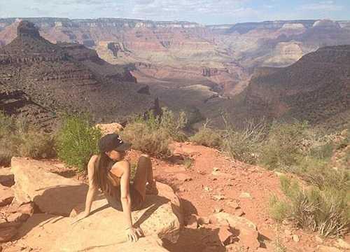 Ảnh Victoria Beckham đầy thoải mái bên một triền núi