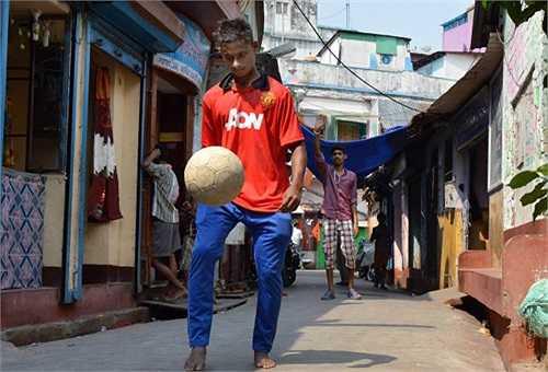 Cậu bé hiện sống cùng mẹ Rekha và em trai trong một căn phòng nhỏ, với chi phí sinh hoạt chỉ 20 bảng mỗi tháng. Rajib không biết bố đẻ của mình là ai. Trong số các bạn của cậu, có nhiều người tham gia trộm cắp và nghiện ma túy.