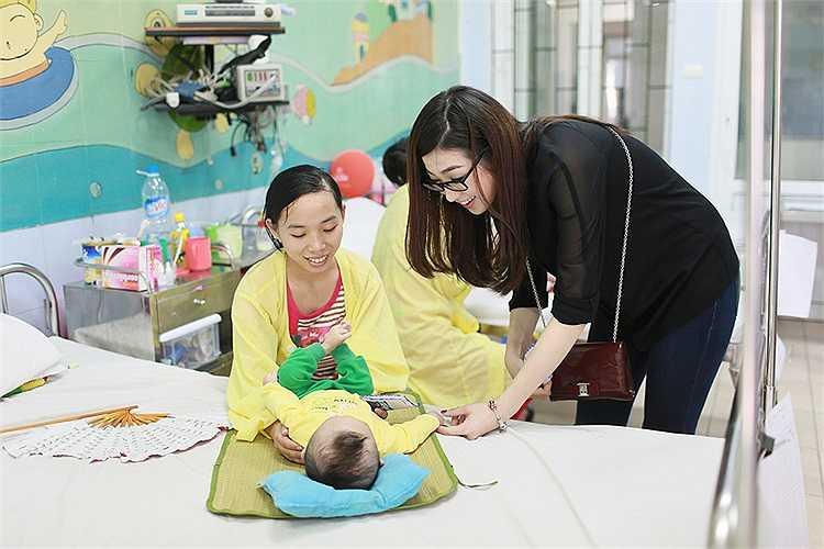 Cùng nhìn những hình ảnh đẹp của Tú Anh, NTK Hoàng Hải trong chuyến từ thiện:
