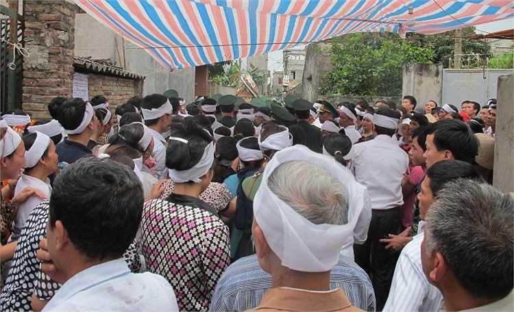 Chiều 20/4, hàng ngàn người dân cùng gia đình, đồng đội đã tổ chức lễ an táng Trung tá Nguyễn Minh Đãi tại quê nhà.