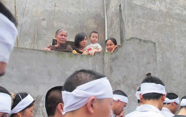 Người dân xã Chi Lăng, từ già đến trẻ đều thể hiện niềm thương tiếc trước sự hy sinh của người con quê hương.
