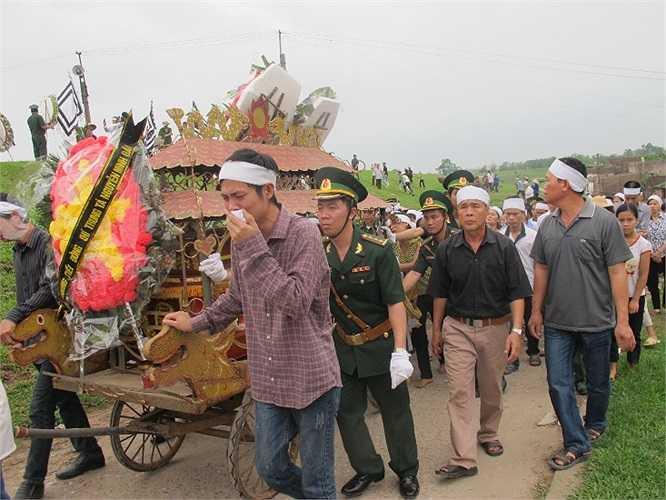 Anh Nguyễn Văn Đã khóc bên linh cữu anh trai.