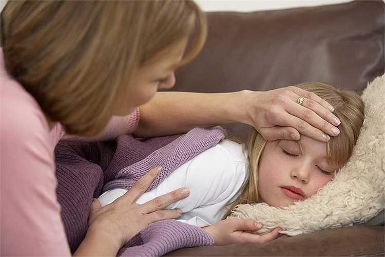 """Nếu là trẻ em bị nhiễm bệnh, bé có thể kèm theo triệu chứng sốt nhẹ từ 37-38oC, biếng ăn, cơ thể bé khó chịu nên hay """"chướng tính"""", hay khóc, ho ít, nước mũi loãng trong."""