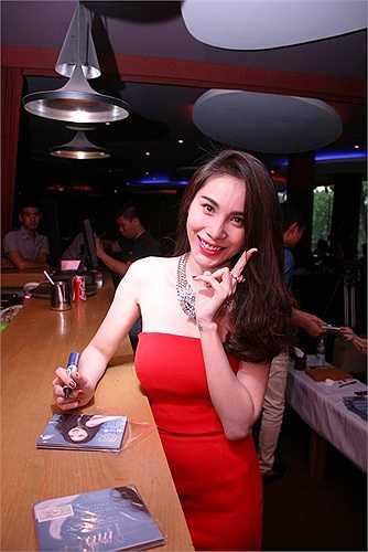 Những bộ váy cúp ngực, hay jumsuit bó chẽn được Thủy Tiên lựa chọn thường xuyên.
