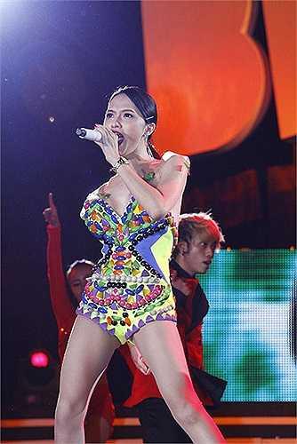 Chọn bộ jumpsuit loè loẹt, nhưng những đường may không tinh tế đã khiến Hương Giang Idol lọt top sao xấu.