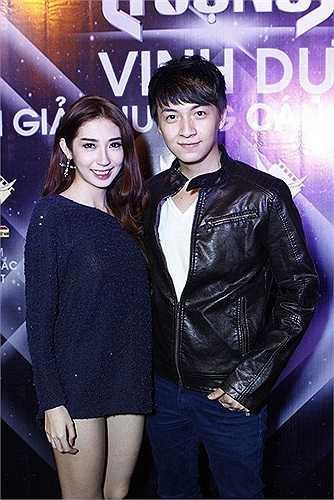 Khổng Tú Quỳnh đang diện một thiết kế lai giữa váy và áo.