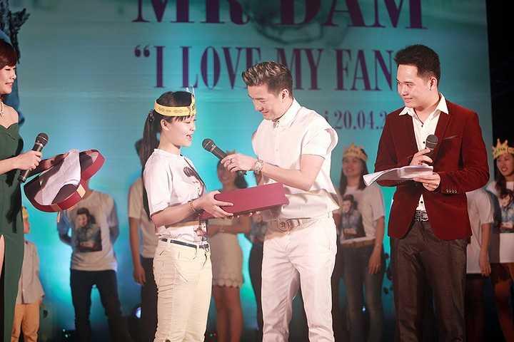 Được mệnh danh là ông hoàng nhạc Việt, nhưng Mr Đàm rất gần gũi với khán giả.