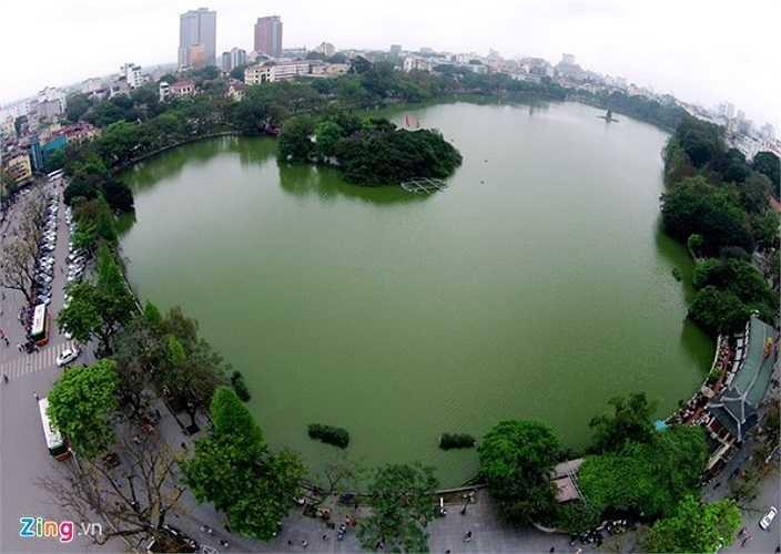 Hồ Hoàn Kiếm nhìn từ hướng Quảng trường Đông Kinh Nghĩa Thục. Bên trái là hướng phố Đinh Tiên Hoàng, phố Lê Thái Tổ và nhà hàng Thủy Tạ ở góc phải.