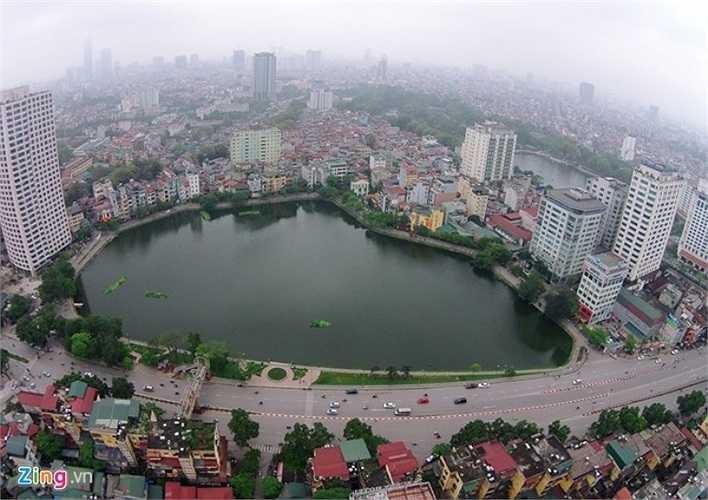 Hồ Ngọc Khánh nằm trên địa bàn phường Ngọc Khánh, quận Ba Đình, bao quanh là hai tuyến phố Nguyễn Chí Thanh, Phạm Huy Thông. Nơi đây xuất hiện nhiều hàng quán cafe, giải khát thu hút giới trẻ từ hàng chục năm qua.