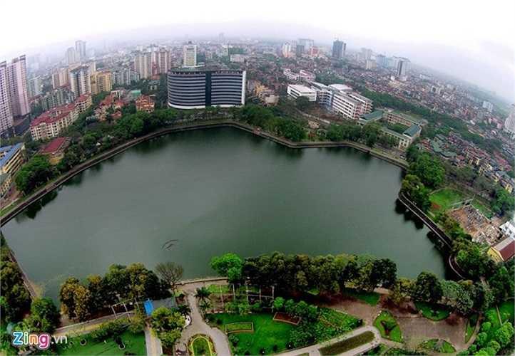 Bên trong công viên Nghĩa Đô (phường Nghĩa Tân, quận Cầu Giấy) là hồ cùng tên. Hồ Nghĩa Đô đối diện với Bảo tàng Dân tộc học Việt Nam. Sau khi quy hoạch diện tích hồ được giữ nguyên, không gian được bố trí hài hòa, thoáng mát.
