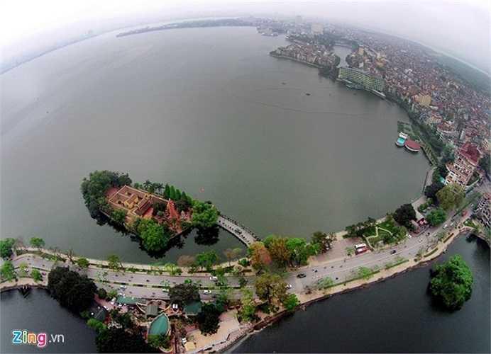 Cùng với hồ Hoàn Kiếm, hồ Tây nổi tiếng nhất Hà Nội, từng đi vào nhiều bài thơ hay các ca khúc. Đây là hồ nước tự nhiên lớn nhất ở nội thành Hà Nội, có diện tích hơn 500 ha, chu vi 18 km. Trên hồ nổi lên ngôi chùa Trấn Quốc xinh đẹp.