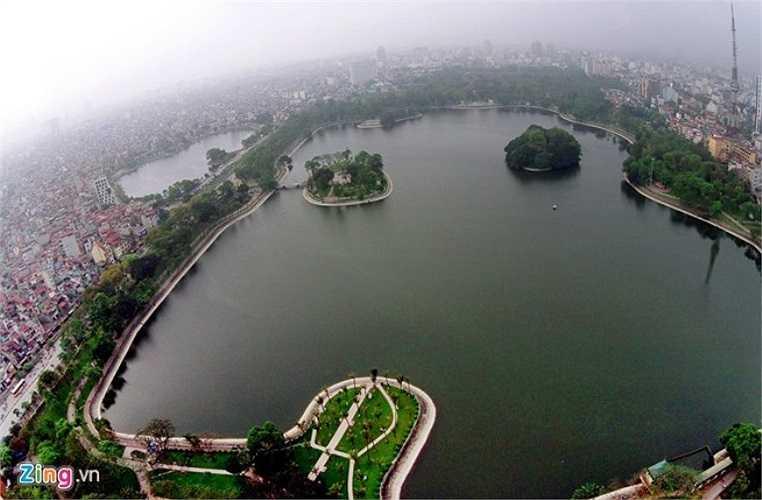 Hồ Bảy Mẫu trong công viên Thống Nhất. Diện tích mặt hồ chiếm khoảng 28 ha, ở giữa có hai đảo Thống Nhất và Hoà Bình. Bao quanh là các tuyến đường Đại Cồ Việt, Lê Duẩn.