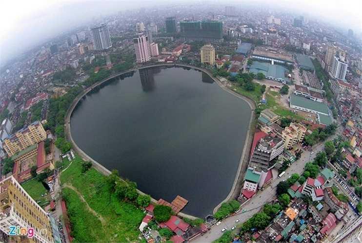 Hồ Giảng Võ thuộc địa phận quận Ba Đình. Đây là khu vực tập trung đông dân cư và công sở. Xung quanh hồ là hàng loạt quán cafe và khách sạn, nhà hàng lớn.