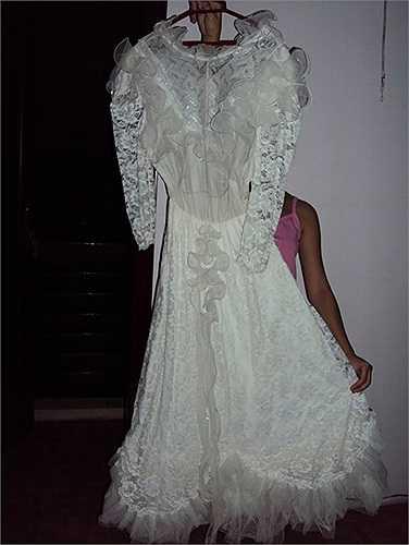Váy cô dâu made in CCCP (Liên bang xã hội chủ nghĩa Xô viết), Có cả găng tay và dế đội đầu.