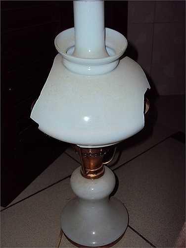 Chiếc đèn Liên Xô thời thượng một thời ở Việt Nam đã bị vỡ lồng chụp.