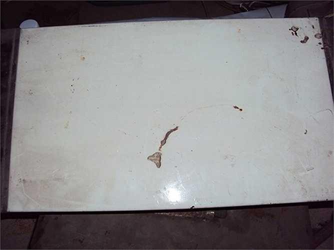 Tấm kim loại có đây điện dính vào, được cho là bếp điện để đun hoặc sưởi ấm.