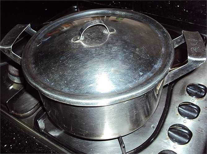 Chiếc bếp gắn nồi được cho là không hữu dụng vì chỉ có 1 đáy, đun dễ bị cháy. Tuy nhiên, độ bền đẹp theo thời gian của nó thì không ai có thể phủ nhận được.