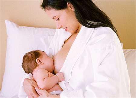 Cho trẻ bú theo nhu cầu: trong giai đoạn trẻ sơ sinh không nên áp dụng thời giờ bú mẹ hoặc ăn sữa công thức. Trẻ bú theo nhu cầu thường tăng cân một cách tự nhiên và tự xây dựng một thói quen ăn uống cho mình.
