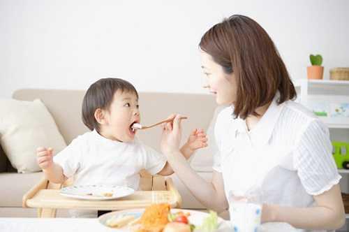 Nguyên tắc khi cho trẻ ăn: trẻ trong độ tuổi này rất khó tính trong vấn đề ăn uống vì vậy khi cho trẻ ăn cần đảm bảo các yếu tố sau: