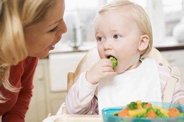 Kiên nhẫn: muốn nuôi con béo khỏe nguyên tắc đầu tiên khi cho con ăn các mẹ phải thực sự kiên nhẫn. Trong giai đoạn này các mẹ cần tập cho trẻ các thói quen: quen với món ăn mới, tập cho trẻ tự ăn hay phục vụ bữa ăn theo nhu cầu của trẻ.