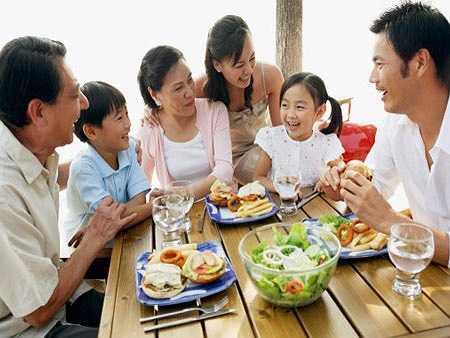 Nhà tâm lý học: tạo điều kiện cho cả gia đình gần nhau hơn. Nghĩ ra những hoạt động mà cả gia đình có thể hoạt động cùng nhau như nấu ăn, chơi trò chơi, đi dã ngoại..., giúp bé gỡ rối cảm xúc khi bé giận dữ, lo lắng. Bạn phải giám sát việc đánh răng của bé tới khi bé 10 tuổi.