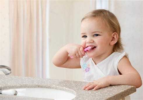 Nha sĩ: Bố mẹ nên đánh răng cho bé khoảng 2 phút mỗi tối cho tới khi bé được 5-8 tuổi. Bạn phải giám sát việc đánh răng của bé tới khi bé 10 tuổi. Trẻ thường thích tự đánh răng một mình vì  thế hãy để bé đánh răng sau khi bố mẹ đánh răng xong.