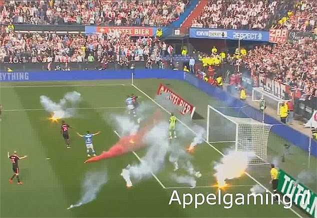 Trận chung kết cúp Quốc gia Hà Lan giữa PEC Zwolle và Ajax đã bị gián đoạn chỉ sau vài phút khi các CĐV Ajax ném pháo hoa xuống sân