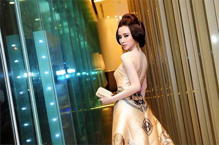 Angela Phương Trinh lộng lẫy như nữ hoàng khi xuất hiện trong một sự kiện tối qua.