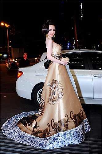 Người đẹp diện chiếc váy được thiết kế cầu kỳ, kết hợp với kiểu tóc, cách trang điểm được đầu tư công phu.