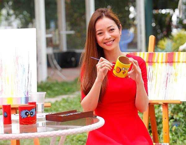 Jennifer Phạm hồn nhiên ngồi vẽ cốc.