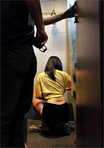 Bạo hành về tình dục. Kẻ bạo hành sẽ ép bạn quan hệ hoặc phô diễn các hành động khêu dục.