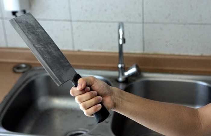 Bạo hành về tâm lý. Kẻ bạo hành sẽ dùng dao hoặc vũ khí nguy hiểm để đe dọa bạn.