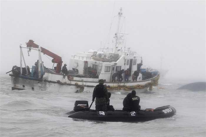 Lực lượng cứu hộ Hàn Quốc làm việc tại hiện trường vụ tai nạn